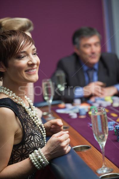 Nő mosolyog vár rulettkerék kaszinó nő pénz Stock fotó © wavebreak_media