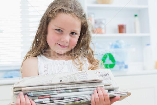 Sorridere ragazza vecchio giornali riciclaggio Foto d'archivio © wavebreak_media