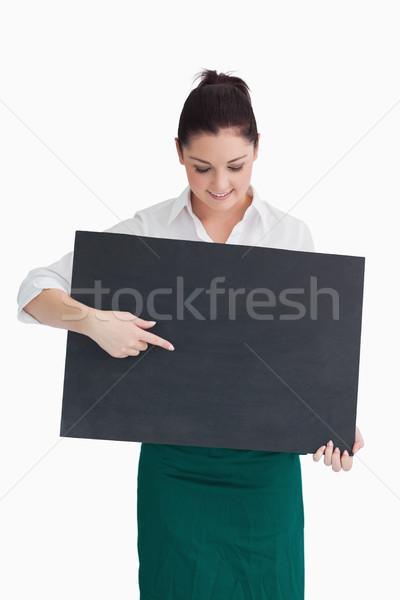 Garçonete indicação olhando conselho branco feliz Foto stock © wavebreak_media