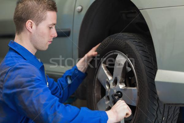 Masculina mecánico coche rueda trabajador servicio Foto stock © wavebreak_media
