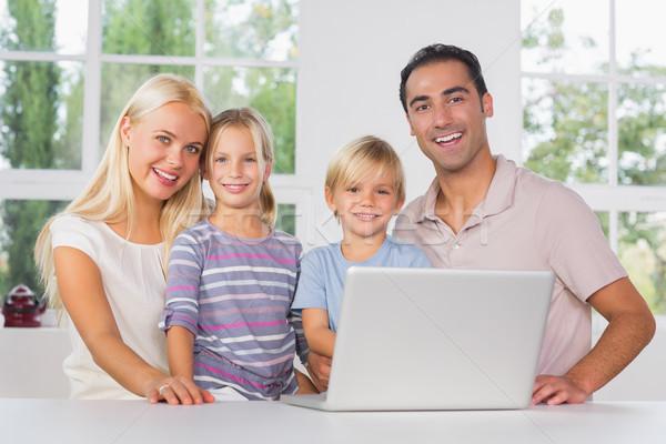 Photo stock: Famille · heureuse · utilisant · un · ordinateur · portable · ensemble · cuisine · ordinateur · famille