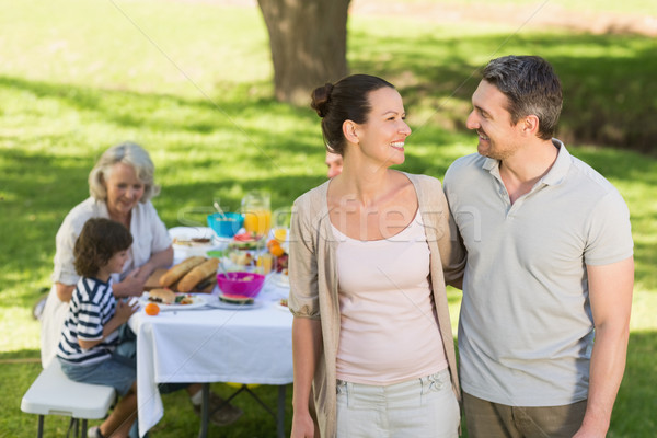 Paar familie dining outdoor tabel uitgebreide familie Stockfoto © wavebreak_media