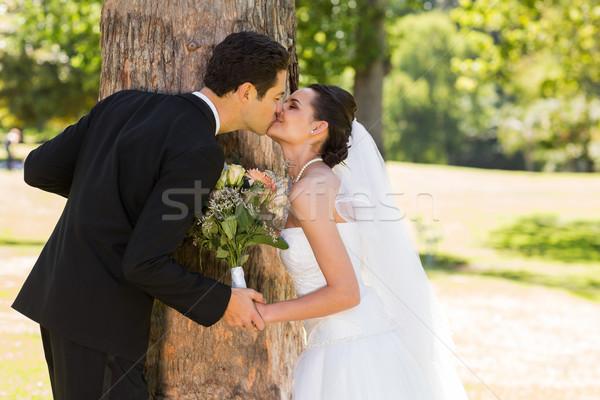 Сток-фото: романтические · новобрачный · пару · целоваться · парка · вид · сбоку