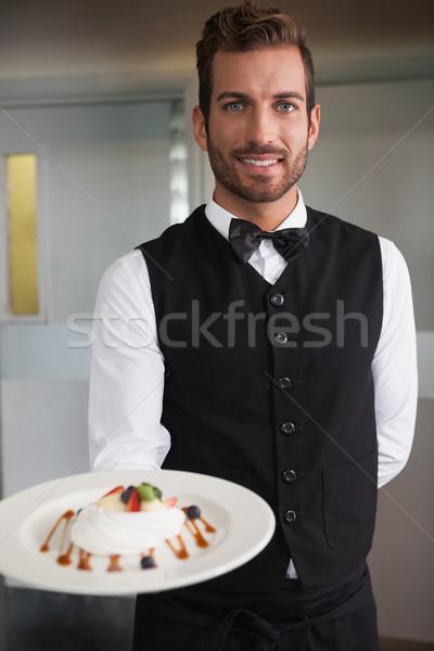 Sonriendo camarero placa postre Foto stock © wavebreak_media