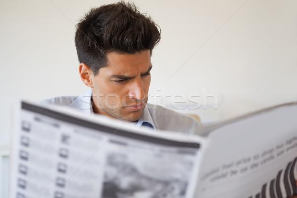 Lezser üzletember olvas újság iroda hírek Stock fotó © wavebreak_media