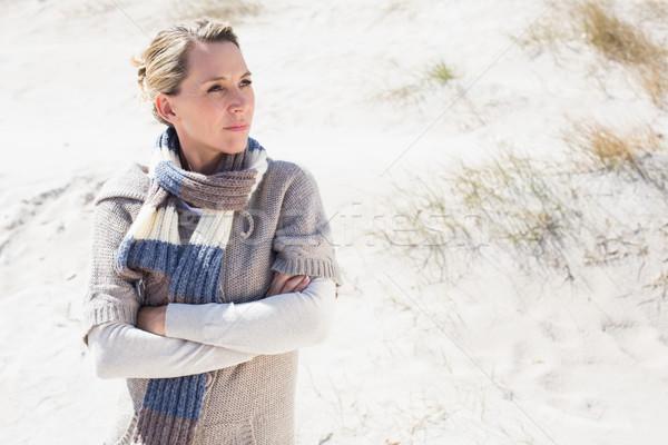 Aantrekkelijk blond permanente strand wollen sjaal Stockfoto © wavebreak_media