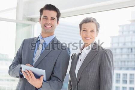 Biznesmen sms koledzy spotkanie za biuro Zdjęcia stock © wavebreak_media