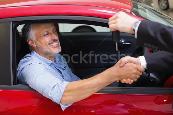 üzletember slusszkulcs vásárló kéz új autó bemutatóterem Stock fotó © wavebreak_media