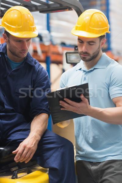 Centrado almacén trabajadores hablar junto hombre Foto stock © wavebreak_media