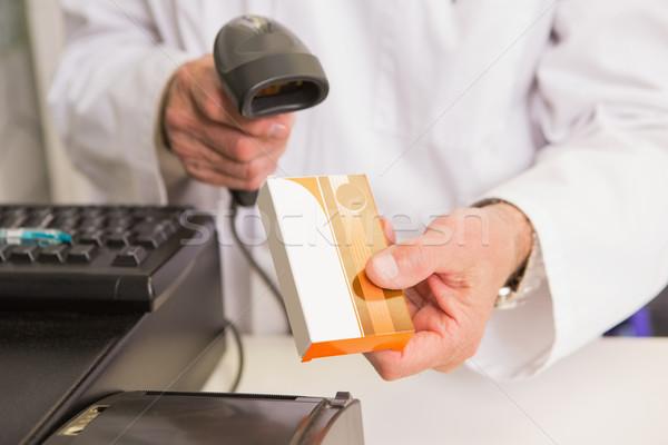 Farmaceuta lek skaner apteki szczęśliwy medycznych Zdjęcia stock © wavebreak_media