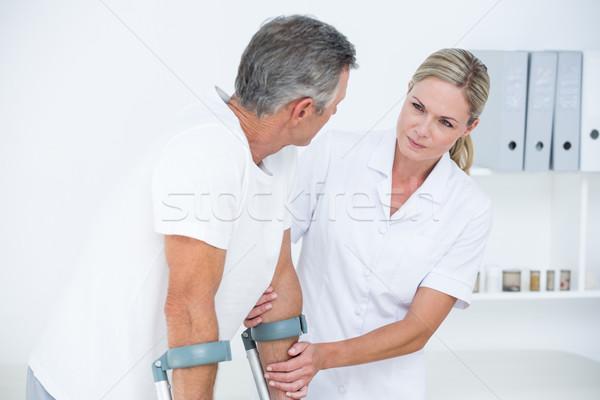 Orvos segít beteg sétál mankó orvosi Stock fotó © wavebreak_media