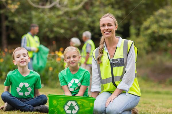 Glückliche Familie Sammeln Abfall Mann glücklich Stock foto © wavebreak_media