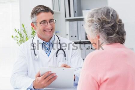 Médico toma presión arterial sonriendo paciente médicos Foto stock © wavebreak_media
