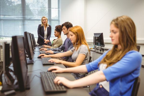 Dört odaklı Öğrenciler öğretmen son sınıf Stok fotoğraf © wavebreak_media