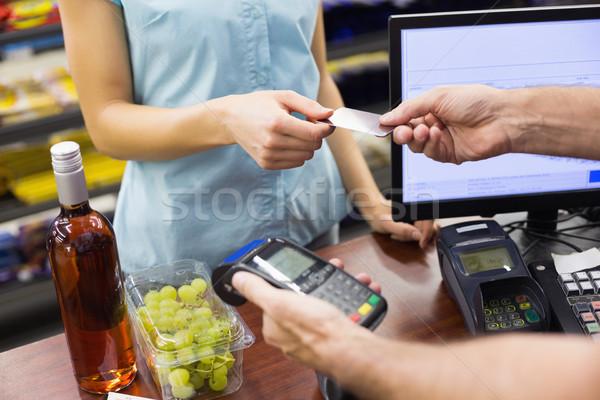 Femme caisse enregistreuse payer carte de crédit supermarché affaires Photo stock © wavebreak_media