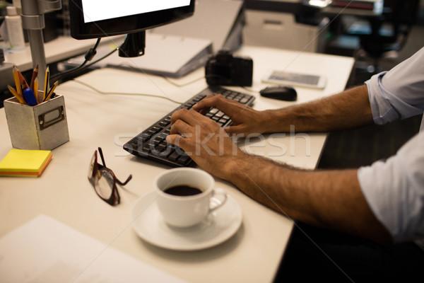 рук бизнесмен набрав клавиатура служба кофе Сток-фото © wavebreak_media