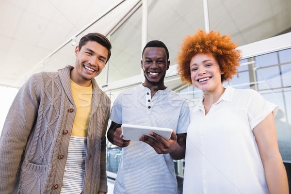 Porträt heiter Geschäftsleute digitalen Tablet stehen Stock foto © wavebreak_media