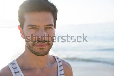 Figyelmes férfi ül tengerpart égbolt telefon Stock fotó © wavebreak_media