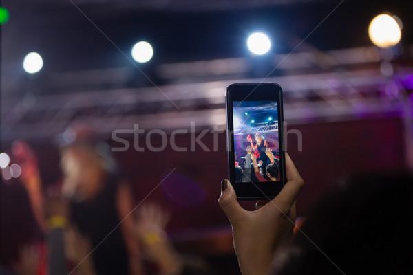 Audiencia vídeo banda teléfono móvil discoteca mujer Foto stock © wavebreak_media