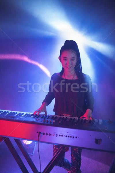 Portret glimlachend vrouwelijke muzikant spelen piano Stockfoto © wavebreak_media