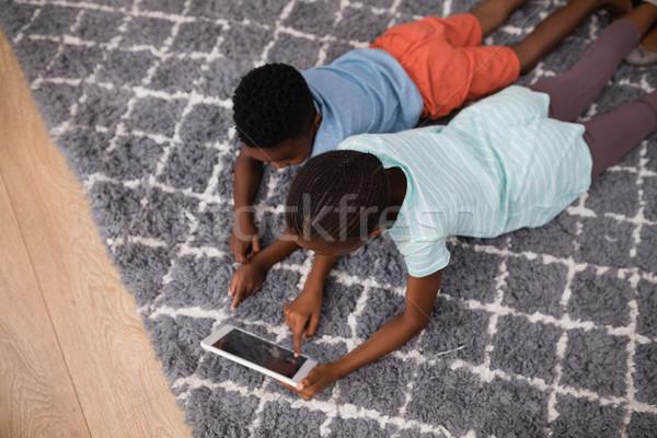 Testvérek digitális tabletta szőnyeg otthon magasról fotózva Stock fotó © wavebreak_media