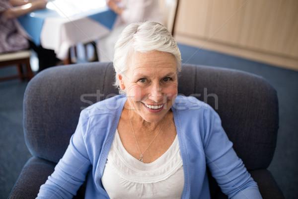 Widoku uśmiechnięty starszy kobieta posiedzenia Zdjęcia stock © wavebreak_media