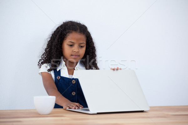 деловая женщина ноутбука чашку кофе таблице белый Сток-фото © wavebreak_media