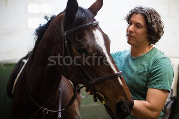 Man bruin paard stabiel jonge man liefde Stockfoto © wavebreak_media