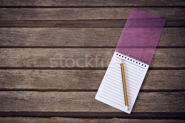 Directement coup crayon notepad table en bois bureau Photo stock © wavebreak_media