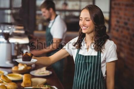 Portret uśmiechnięty młodych kelnerka ręce biodro Zdjęcia stock © wavebreak_media