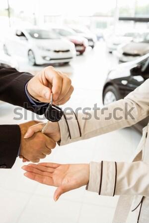 продавцом предлагающий ключи от машины Новый автомобиль выставочный зал Сток-фото © wavebreak_media