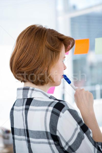 Sério olhando quadro de avisos escritório negócio Foto stock © wavebreak_media
