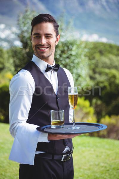 Guapo camarero bandeja bebidas fuera Foto stock © wavebreak_media