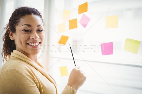 Portret kobieta interesu piśmie przyczepny zauważa twórczej Zdjęcia stock © wavebreak_media