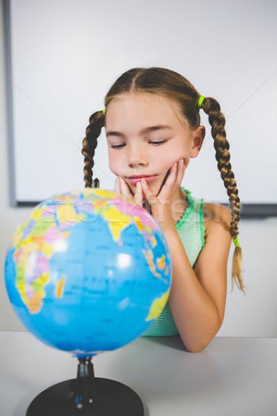 Stockfoto: Schoolmeisje · naar · wereldbol · klas · school · meisje