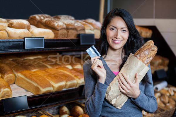 Nő tart bagettek hitelkártya kenyér pult Stock fotó © wavebreak_media
