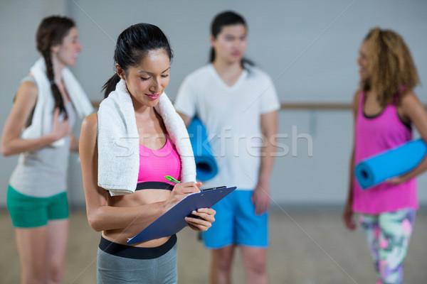 女性 トレーナー 書く クリップボード フィットネス スタジオ ストックフォト © wavebreak_media