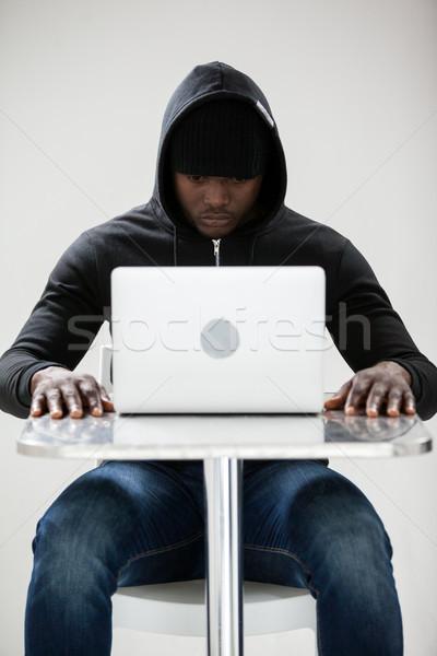 Stock fotó: Hacker · laptopot · használ · ül · asztal · fehér · számítógép