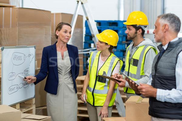 Gerente armazém trabalhadores discutir plano Foto stock © wavebreak_media