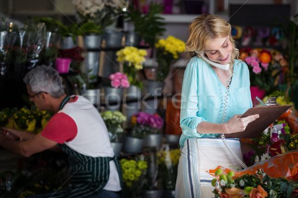 Vrouwelijke bloemist om telefoon Stockfoto © wavebreak_media