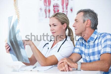 Kobiet lekarza xray sprawozdanie pacjenta Zdjęcia stock © wavebreak_media