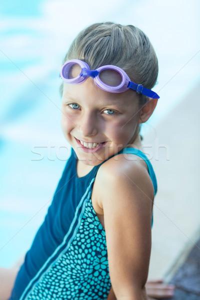 Sonriendo nina sesión agua nina feliz Foto stock © wavebreak_media