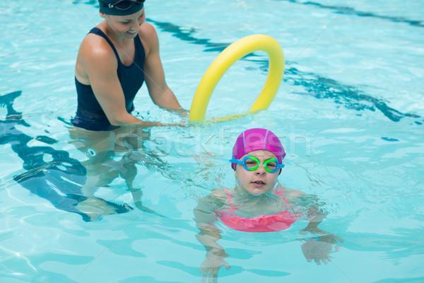Vrouwelijke instructeur opleiding jong meisje zwembad gelukkig Stockfoto © wavebreak_media