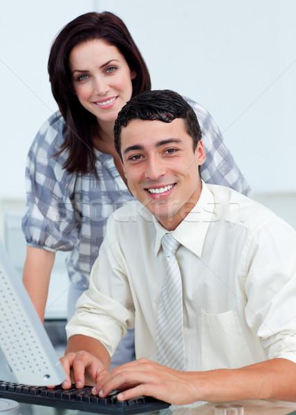 Tolakodó üzletasszony segít kolléga számítógép iroda Stock fotó © wavebreak_media