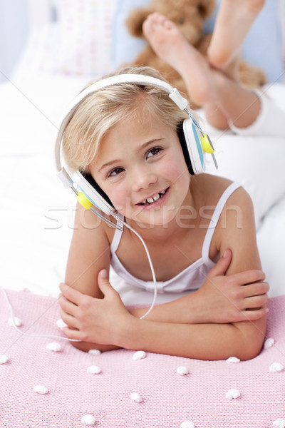 ストックフォト: 女の子 · 音楽を聴く · ベッド · ヘッドホン · 肖像 · 音楽