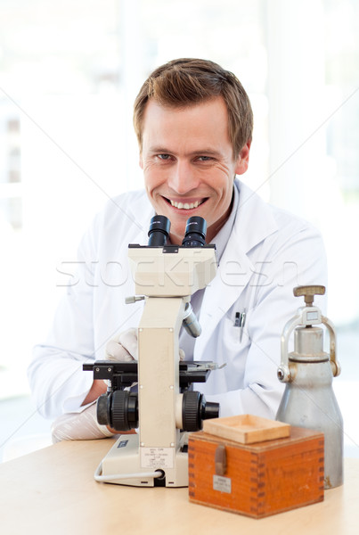Glimlachend wetenschapper naar microscoop laboratorium arts Stockfoto © wavebreak_media