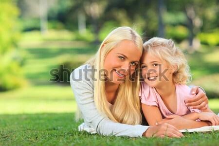 Anya lánygyermek fekszik park fa szeretet Stock fotó © wavebreak_media