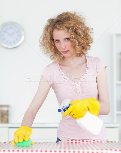 Bastante mujer limpieza tabla de cortar cocina apartamento Foto stock © wavebreak_media