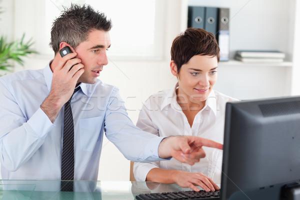 Kollégák dolgozik számítógép mobiltelefon iroda nő Stock fotó © wavebreak_media