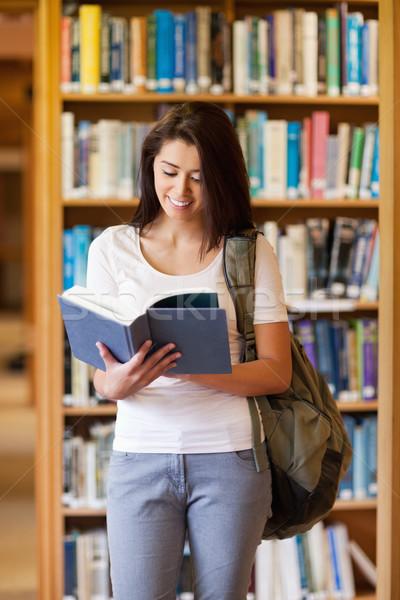 Ritratto studente lettura libro biblioteca donna Foto d'archivio © wavebreak_media